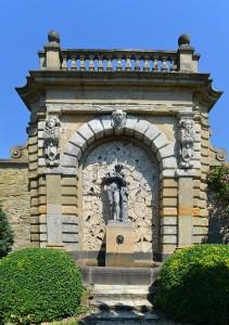 800px-Kronberg,_Rosarium_im_Park_von_Schloss_Friedrichshof,_Statue