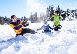 Ferienland-Winter-Schneeballschlacht-Familie_front_embed