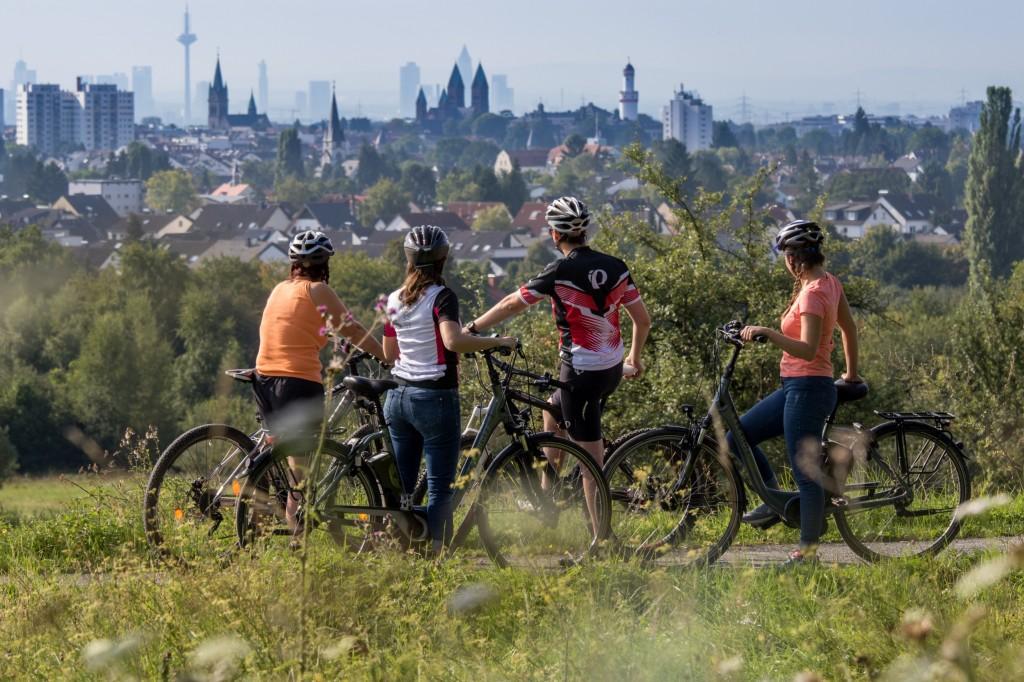 Radfahrer im Kirdorfer Feld mit Blick auf Bad Homburg und Frankfurt © Christina Marx